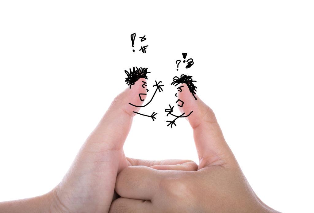 2つの親指のキャラクターが、口論している