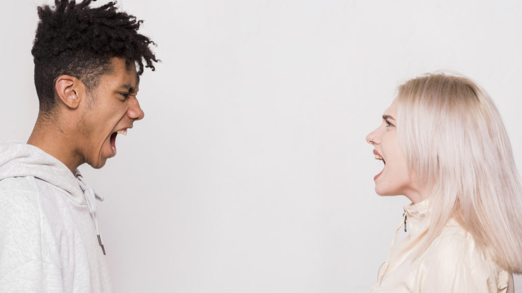 口論するカップル